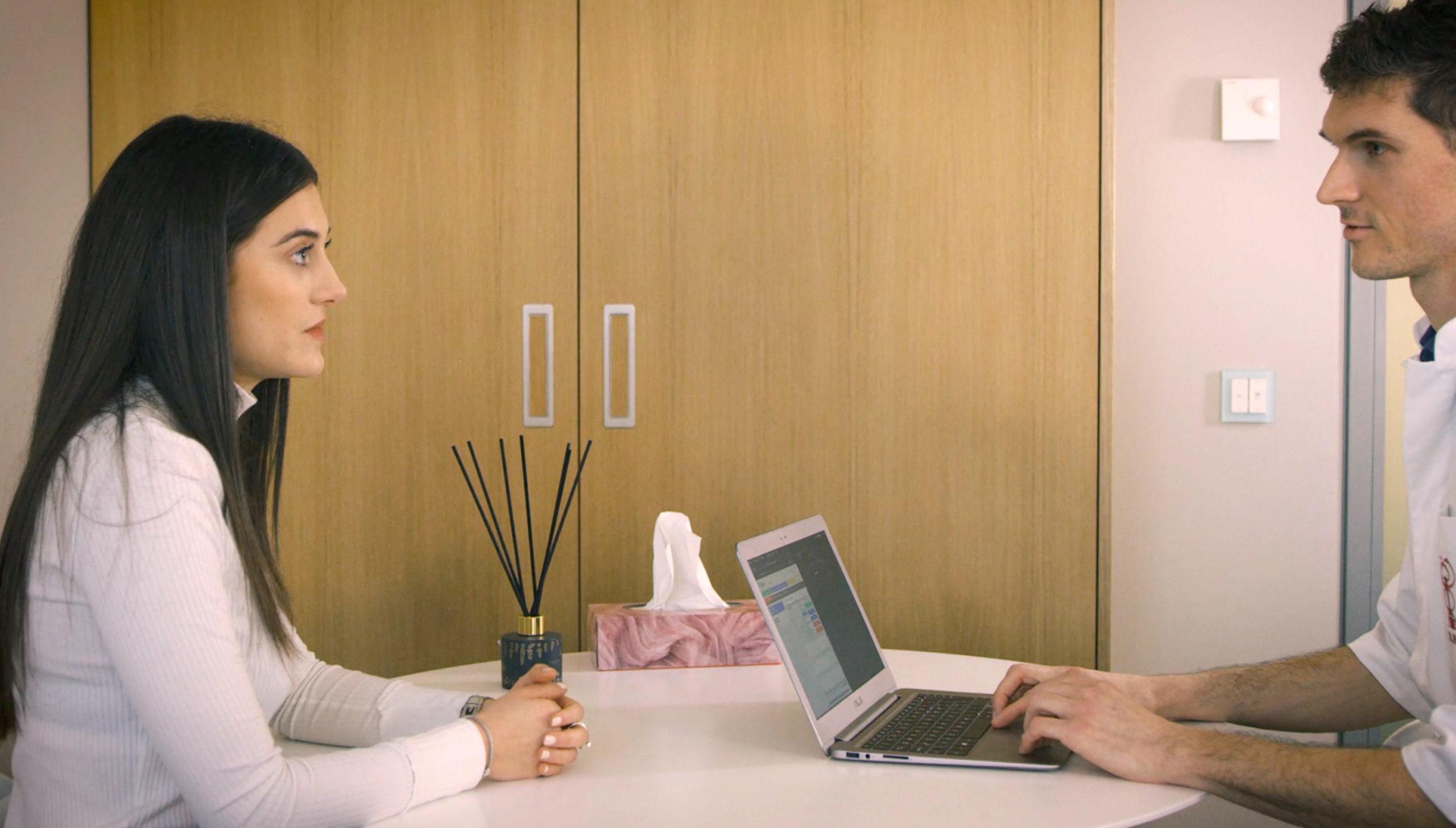 l'étiopathe écoute pendant la séance d'étiopathie à Genève ou Plan-les-Ouates
